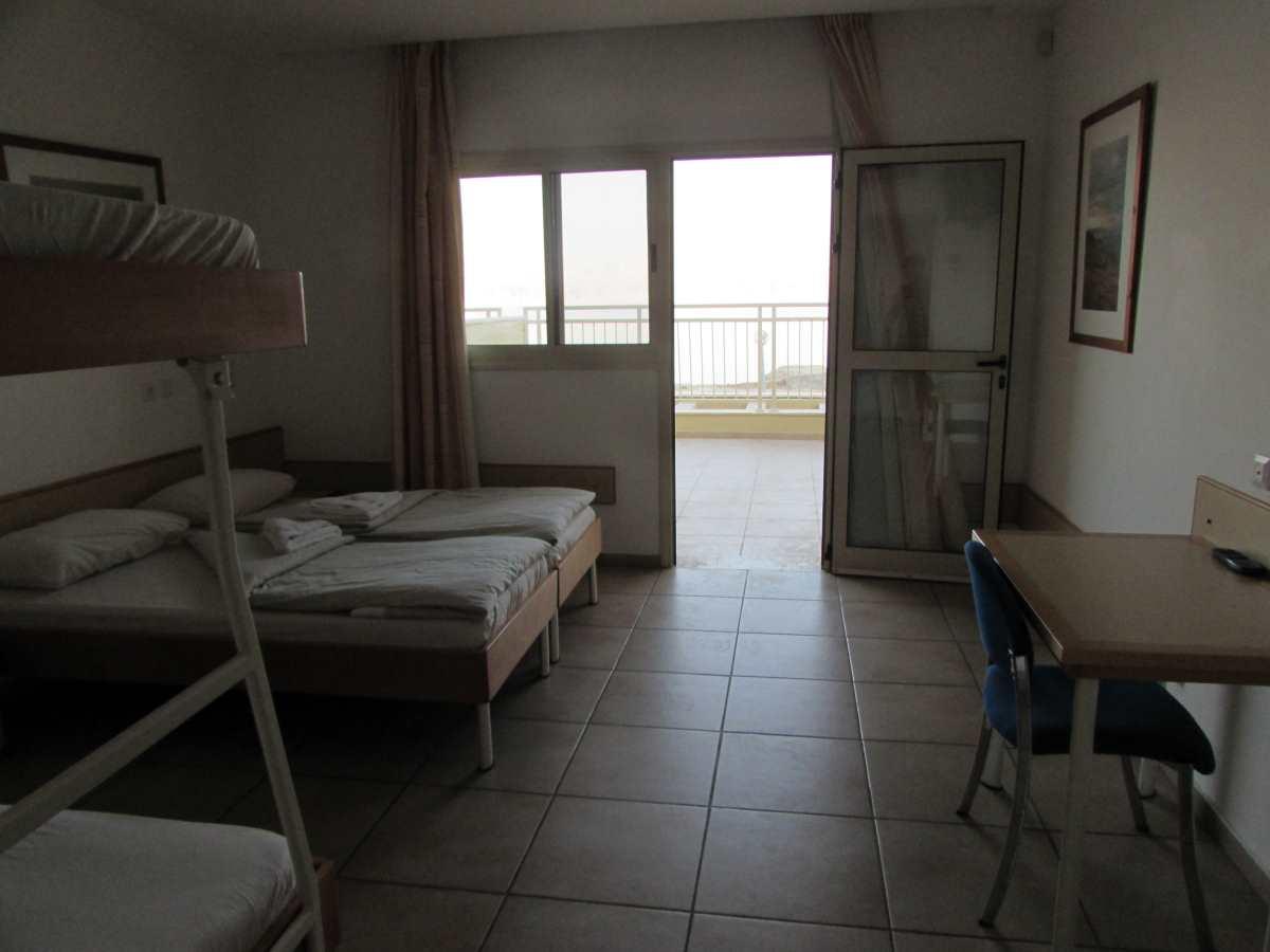 מבט מהחדר החוצה אכסניית עין גדי ים המלח