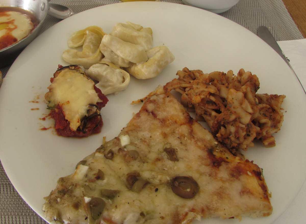 פיצה, חציל ממולא, רביולי ארוחת בוקר מלון הרודס ים המלח