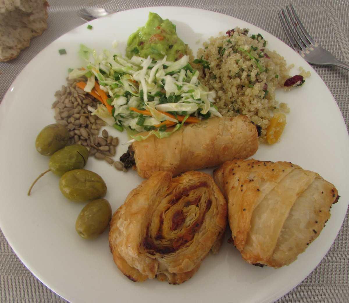 בורקסים, סלט כרוב, טאבולה, גרעינים קלופים ארוחת בוקר מלון הרודס ים המלח