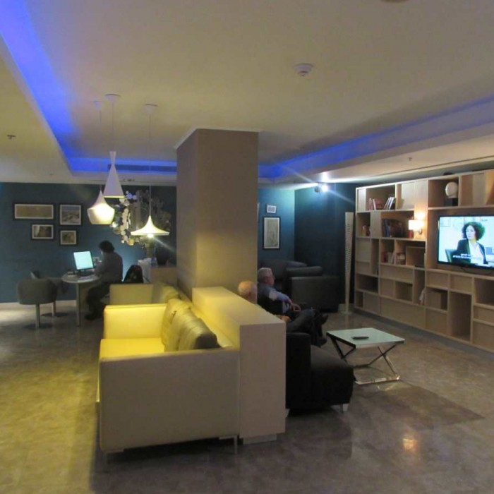 חדר טלוויזיה סמוך ללובי מלון הרודס ים המלח