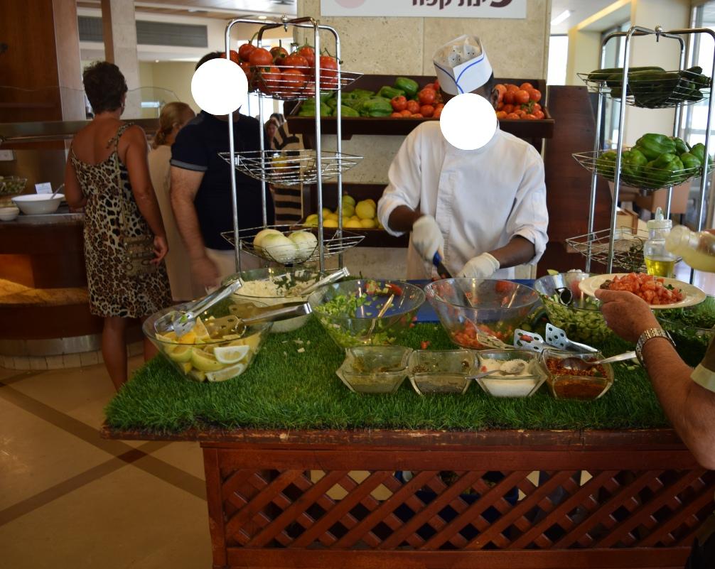חותכים סלט ירוק במקום (וגם מטגנים ביצה) ארוחת בוקר מלון הוד המדבר ים המלח