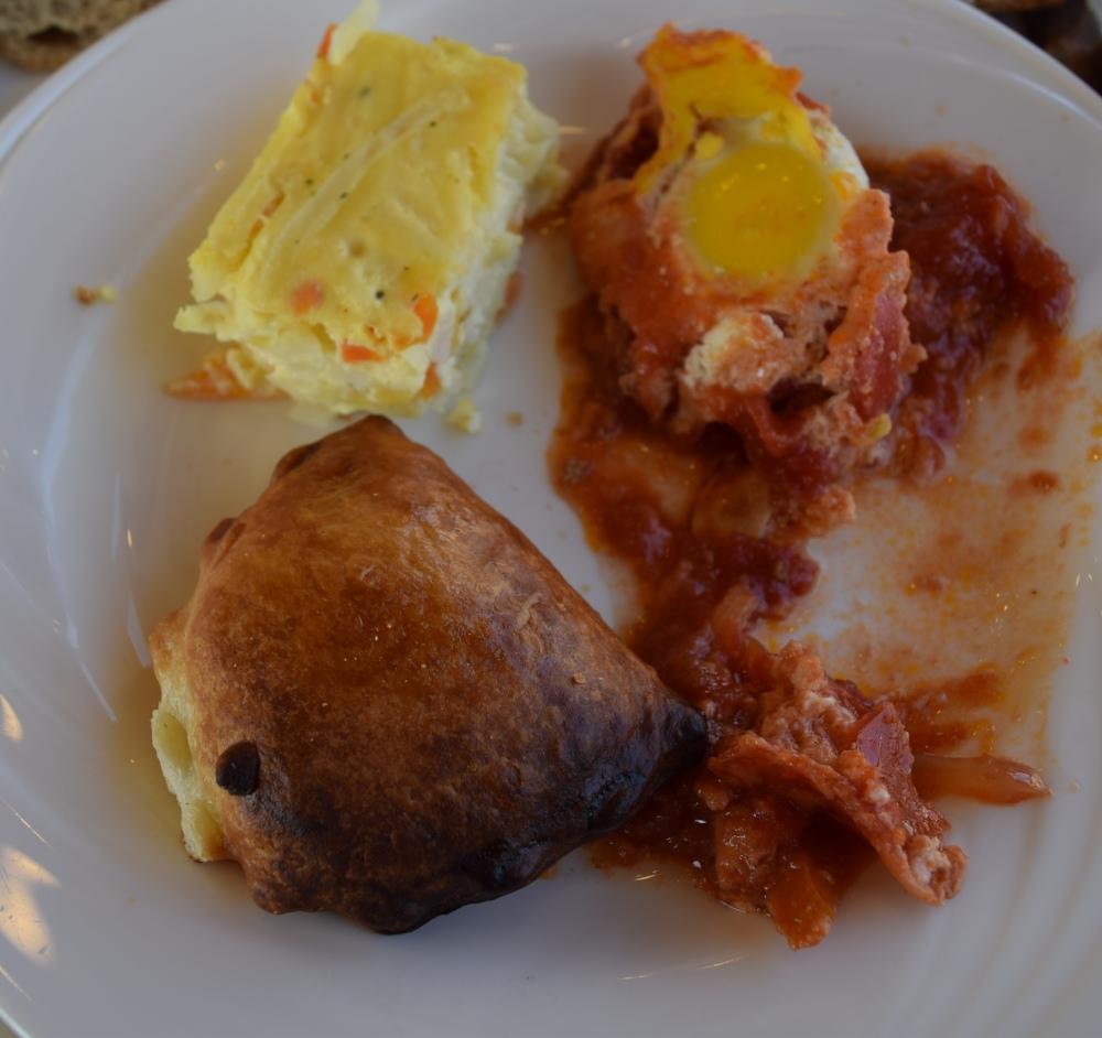 שקשוקה, פשטידת ירקות ,בורקס גבינה  ארוחת בוקר מלון הוד המדבר ים המלח