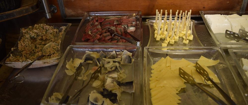 גבינות ודגים ארוחת בוקר מלון הוד המדבר ים המלח