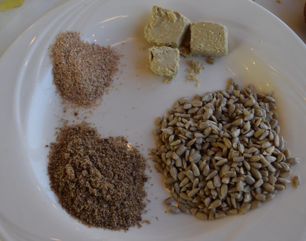 פינת בריאות זרעי גרעינים, זרעי פשתן טחונים, סובין טחון, חלבה מלון הוד המדבר ים המלח ארוחת בוקר