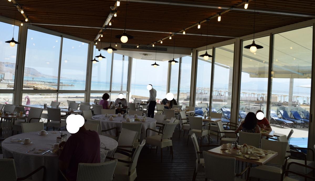 פינה בחדר האוכל מלון הוד המדבר ים המלח
