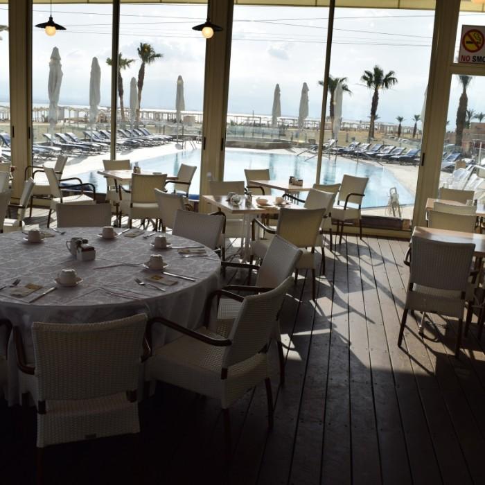 פינת ישיבה בחדר האוכל מלון הוד המדבר ים המלח