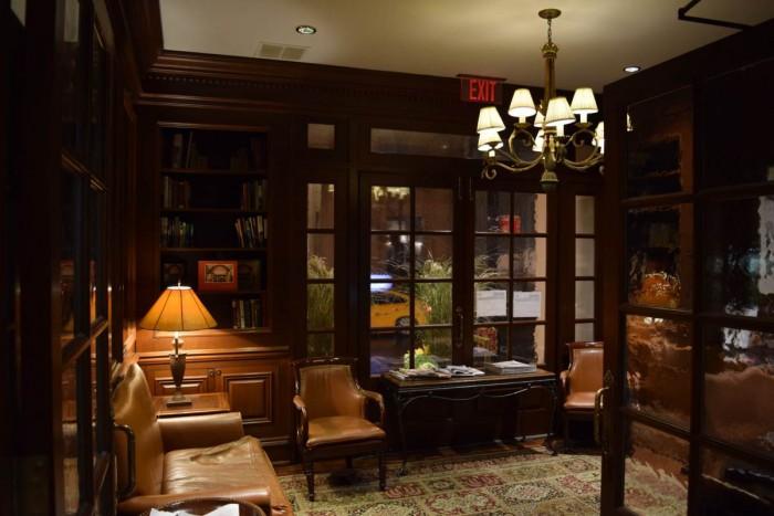 הלובי, הוא לא הרבה יותר גדול מזה. מלון Iroquois ניו יורק