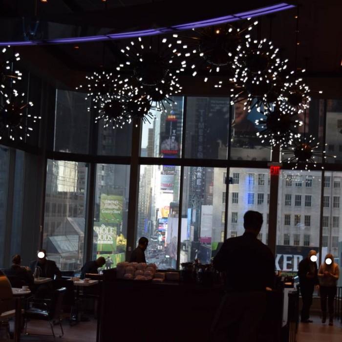 ארוחת הבוקר צופה אל כיכר טיימס מלון נובוטל ניו יורק