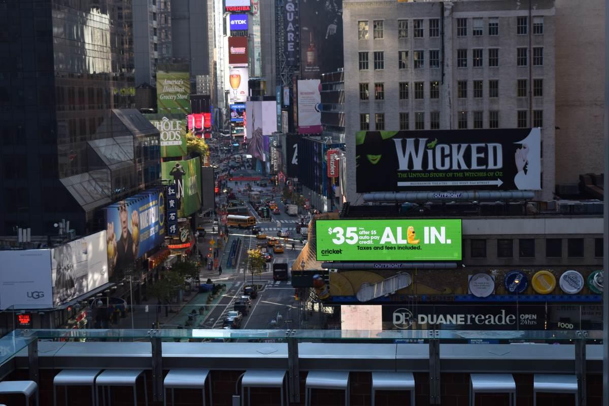 חלק מהמרפסת הצופה אל כיכר טיימס מלון נובוטל ניו יורק