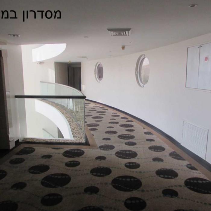 מסדרון בקומת החדרים מלון ישרוטל ים המלח
