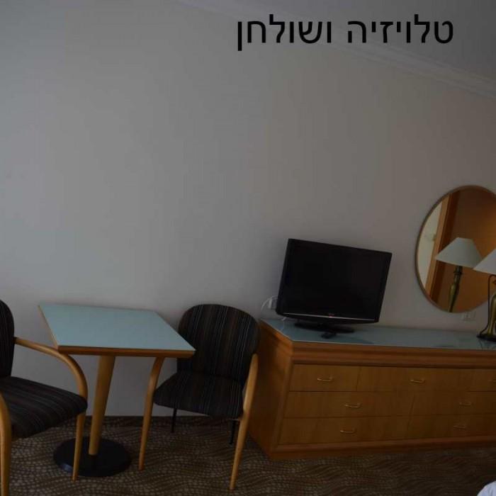 טלוויזיה ושולחן מלון ישרוטל ים המלח