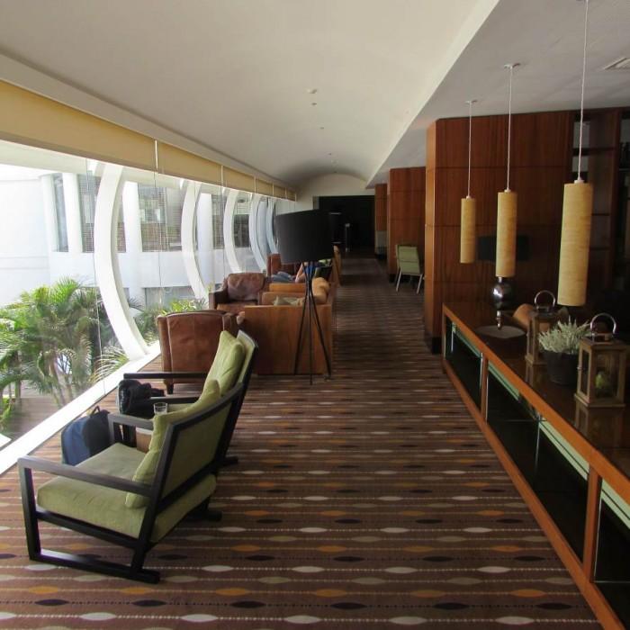 הלובי צופה לים ולבריכה מלון ישרוטל גנים ים המלח