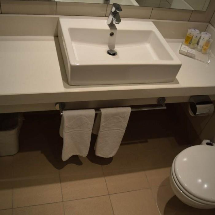 חדר האמבטיה מלון ישרוטל גנים ים המלח