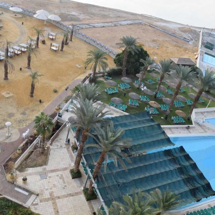 הבריכה והחוף מלון לאונרדו קלאב ים המלח