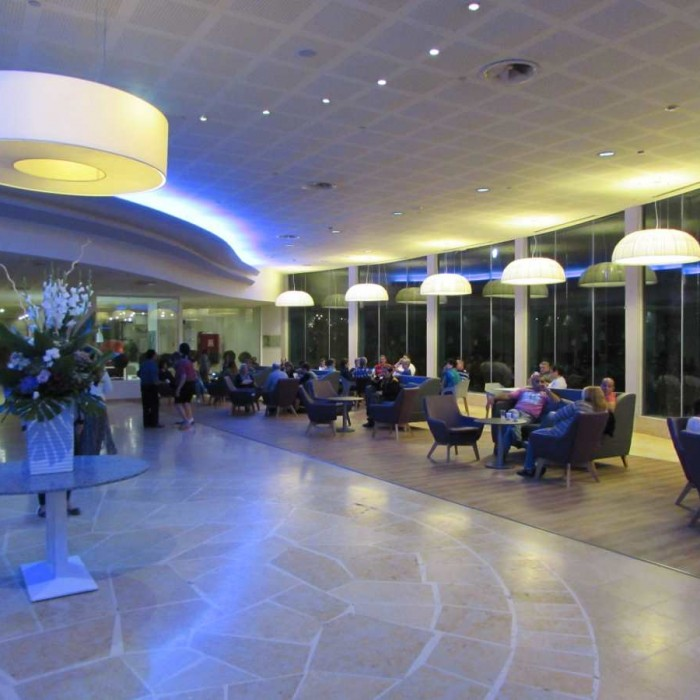 הלובי בלילה מלון לאונרדו קלאב ים המלח