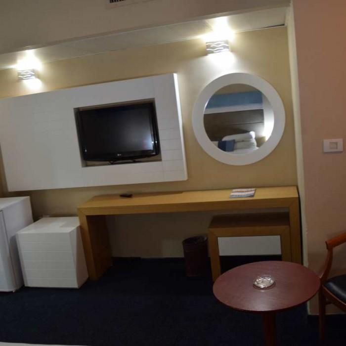 טלוויזיה ושולחן מלון לאונרדו קלאב ים המלח