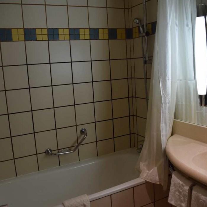 חדר האמבטיה מלון לאונרדו פריוילג' ים המלח
