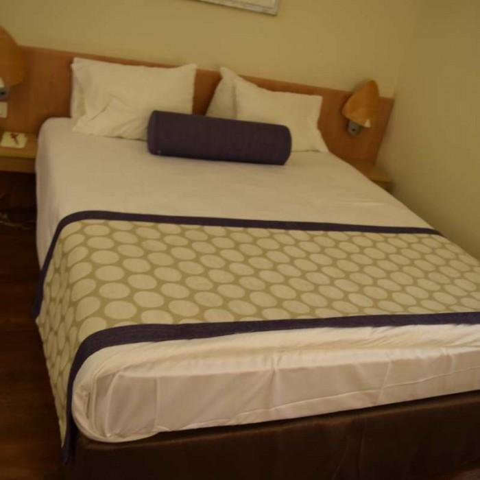 המיטה בחדר מלון לאונרדו פריוילג' ים המלח