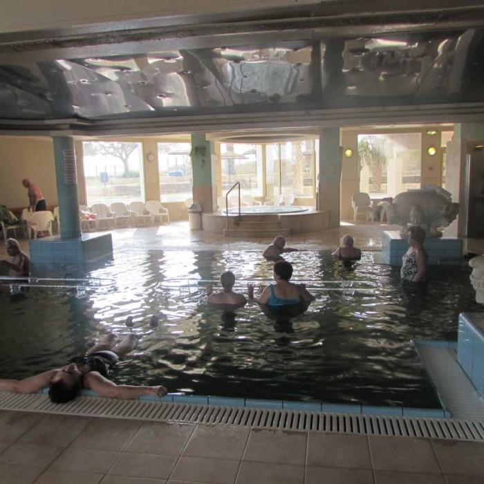 מבט כללי על הספא ובריכת מי ים המלח ספא מלון לאונרדו פריוילג' ים המלח