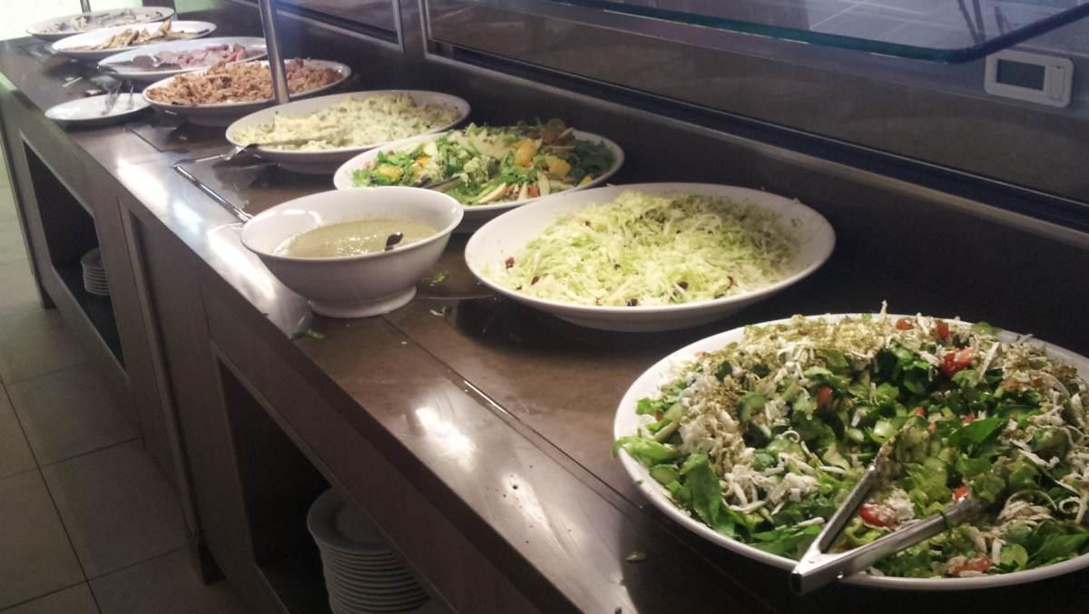 סלטים ארוחת בוקר מלון מג'יק פאלאס אילת