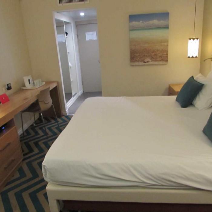 החדר בלילה מלון אואזיס ים המלח