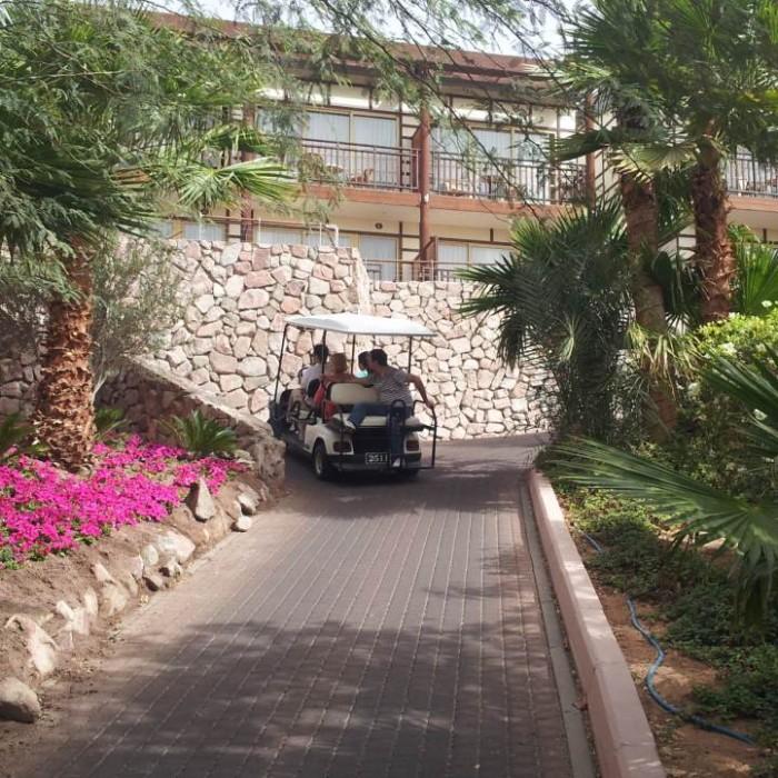 נוסעים בטוק טוק ברחבי המלון מלון אורכידאה אילת