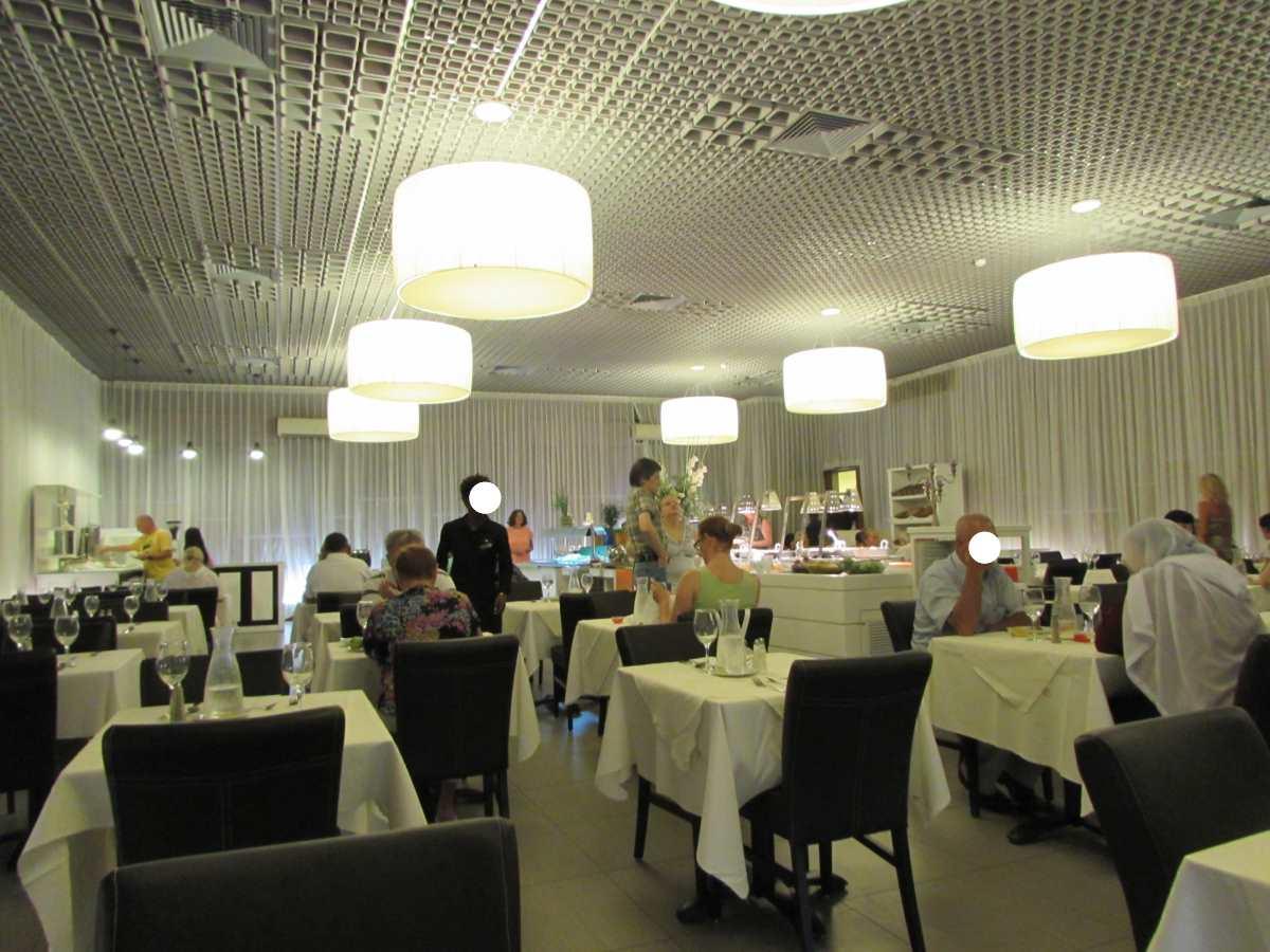 חדר ארוחת הבוקר - ארוחה זו התקבלה במלון ספא קלאב