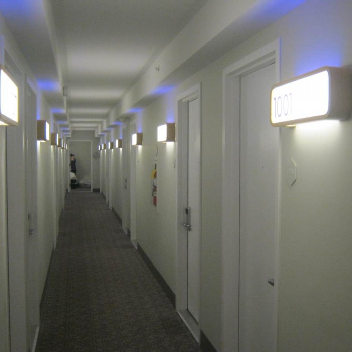 מסדרון בקומת החדרים מלון יוטל ניו יורק