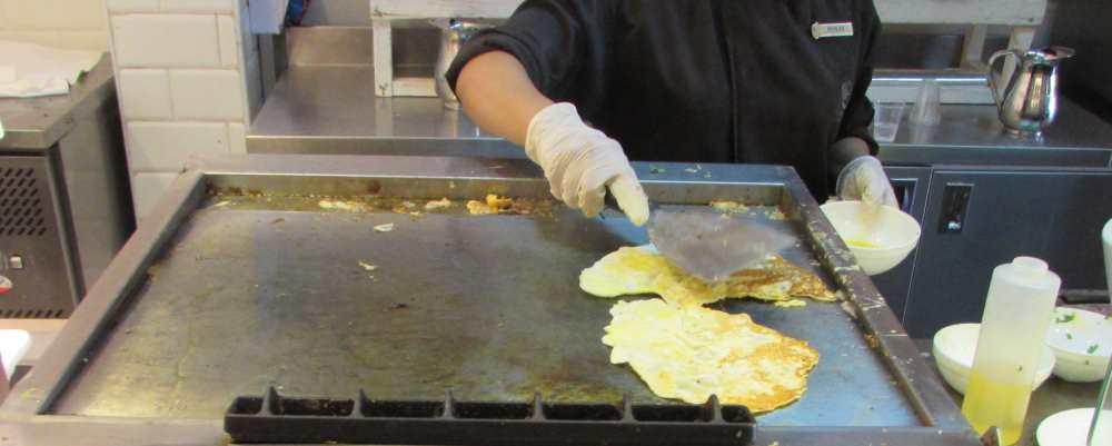 מכינים ביצה במקום ארוחת בוקר מלון אסטרל סי סייד אילת