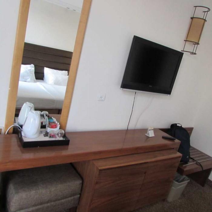 טלוויזיה ושולחן החדר אסטרל סי סייד אילת