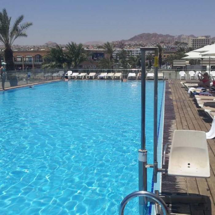 הבריכה - נוף לכיוון העיר מלון אסטרל סי סייד אילת