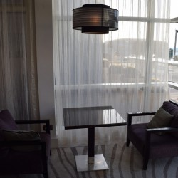 פינת ישיבה בלובי מלון קרלטון תל אביב