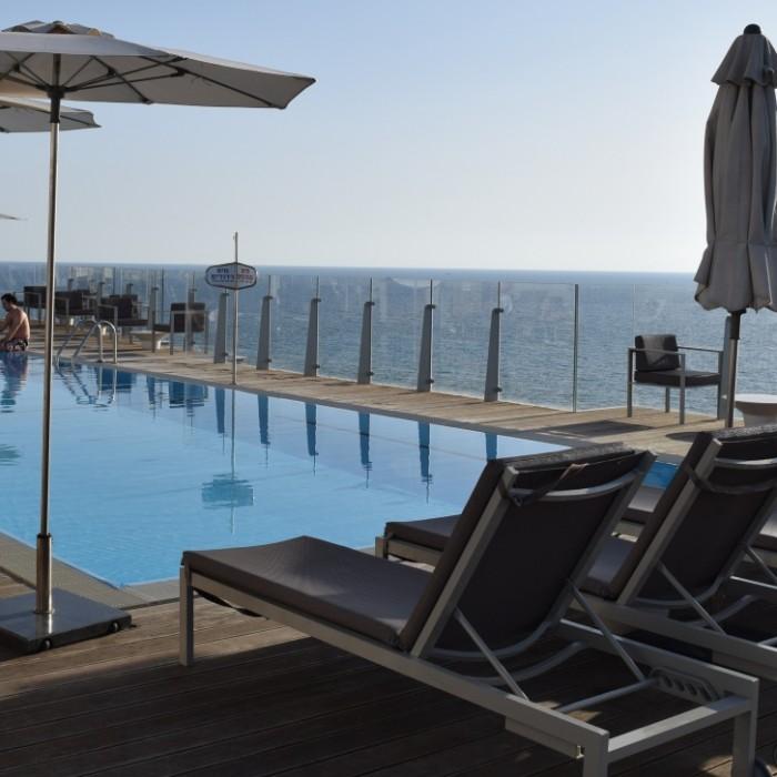 הבריכה על גג המלון מלון קרלטון תל אביב