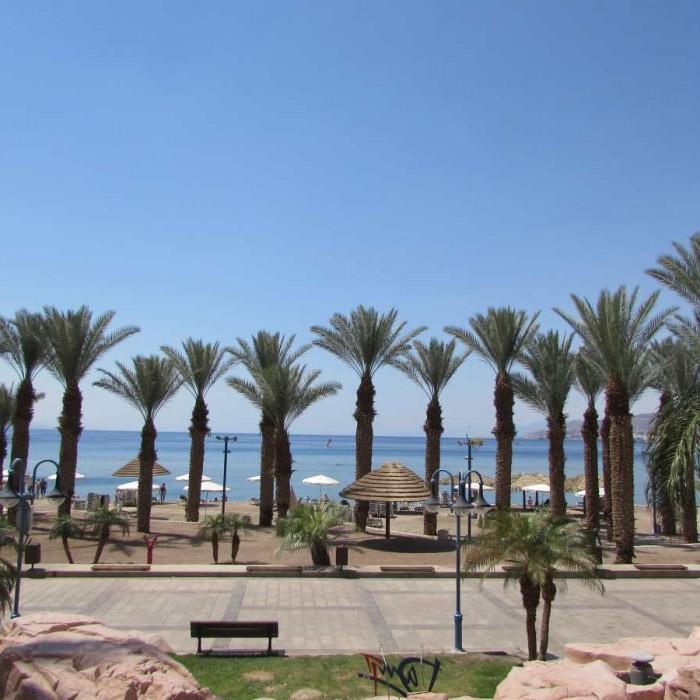 החוף שנמצא מול המלון מלון דן אילת