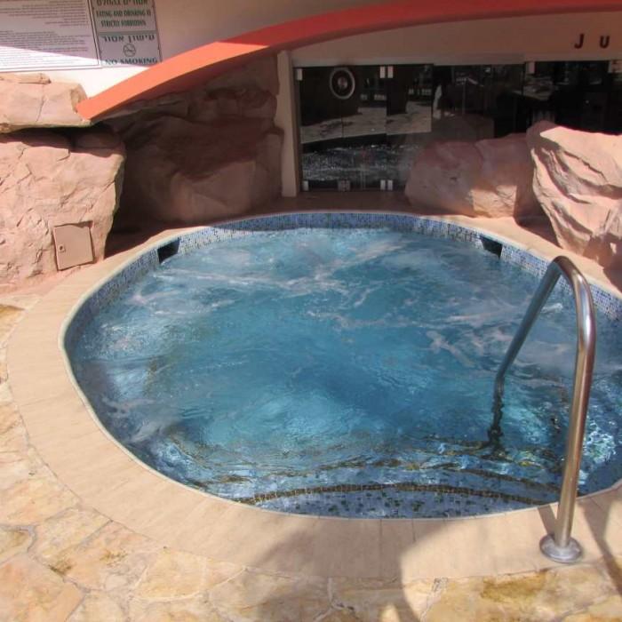 ג'קוזי חינם במתחם הבריכה מלון דן אילת