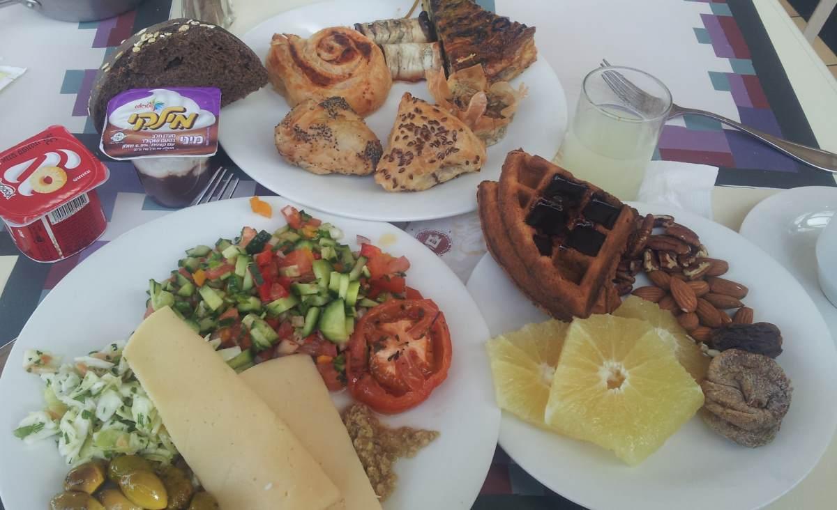 חלק מהמנות ארוחת בוקר מלון הרודס בוטיק אילת