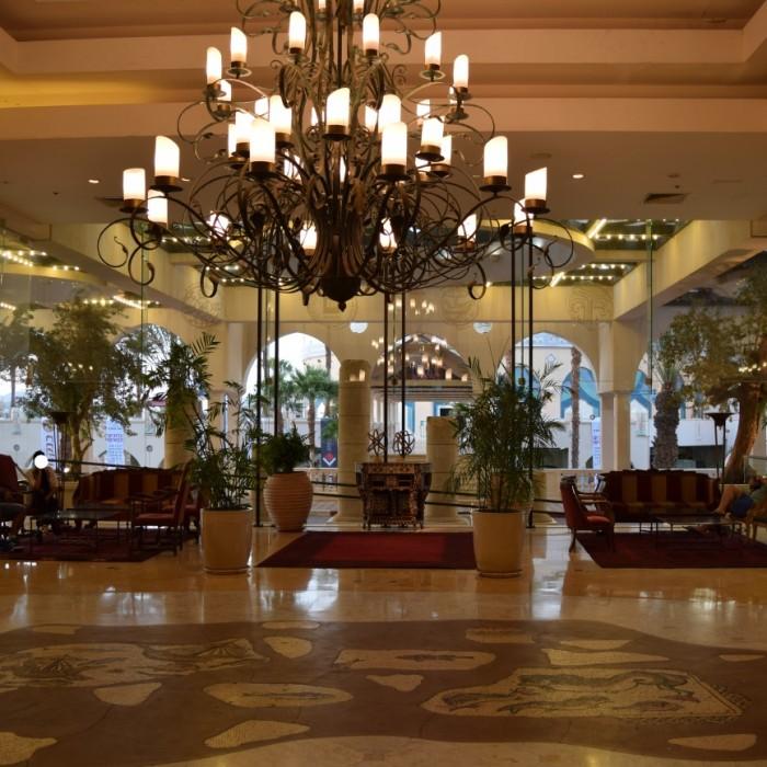 פינת ישיבה בלובי מלון הרודס פאלאס אילת