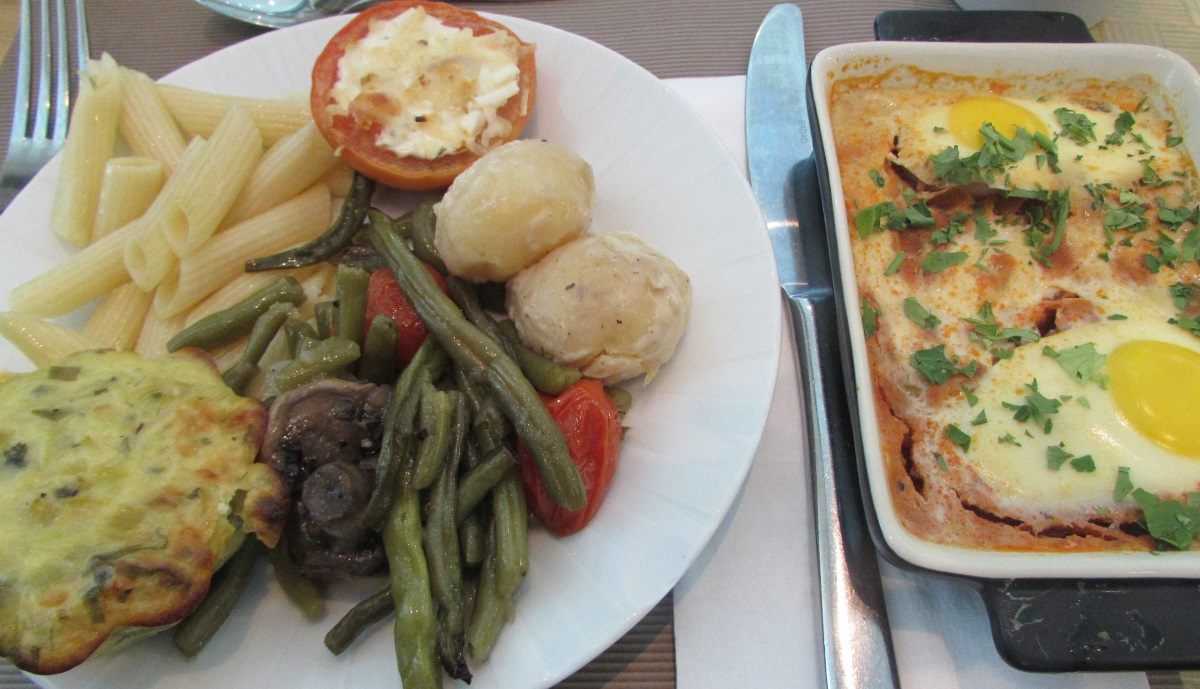 שקשוקה, עגבניה ממולאת, ירקות ועוד ארוחת בוקר מלון הילטון אילת