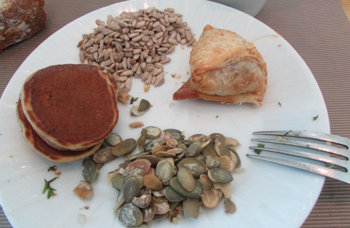 פנקייק, בורקס ופירות יבשים ארוחת בוקר מלון הילטון אילת
