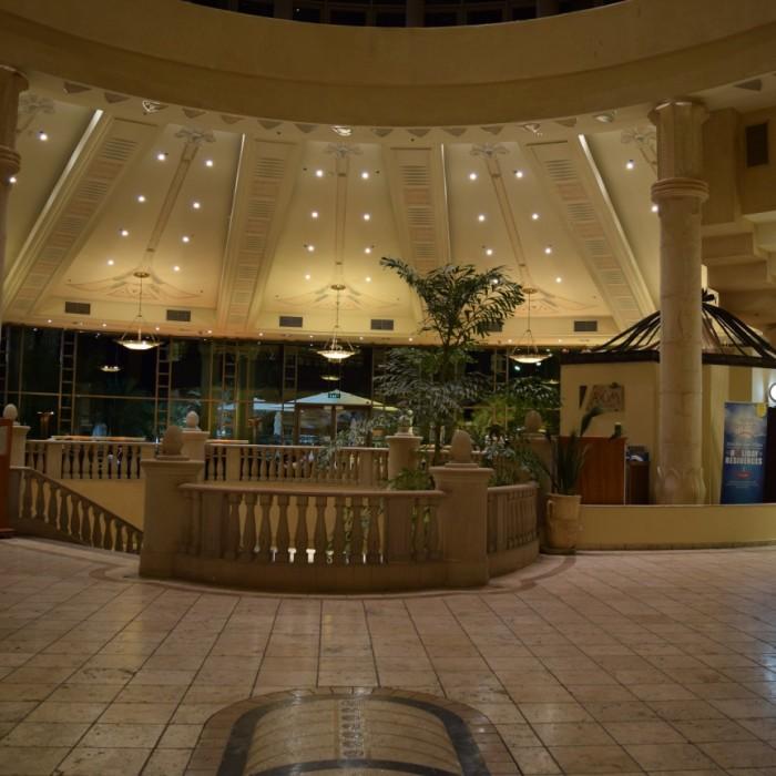מבט מהכניסה אל הלובי מלון הילטון אילת