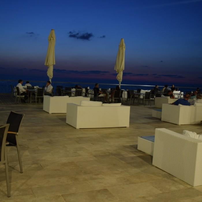 בלילה שטח ישיבה חיצוני מלון הילטון תל אביב