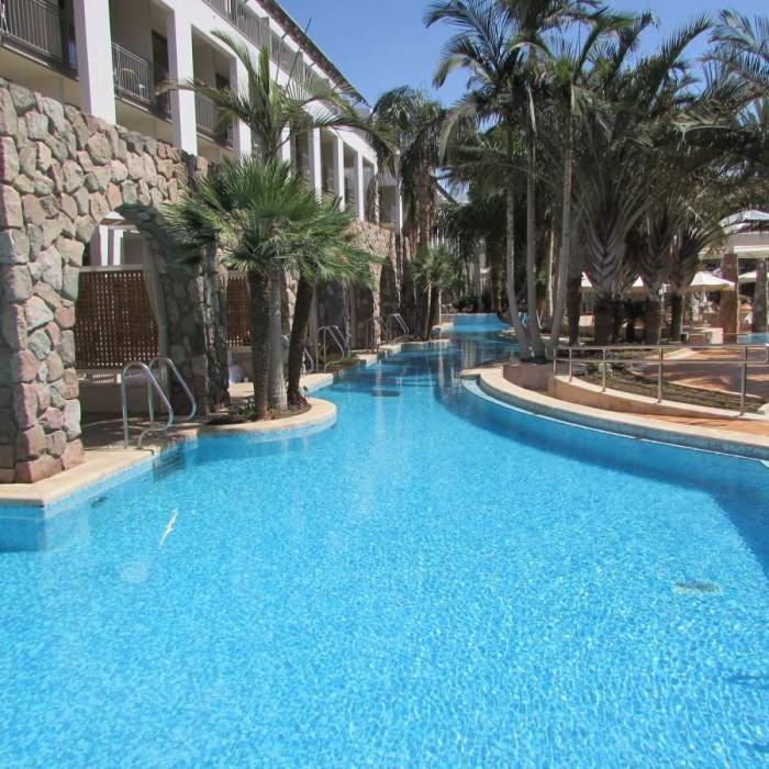 הבריכה נושקת לחדרים מלון אגמים אילת