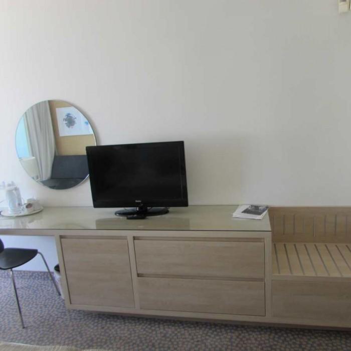 טלוויזיה ושולחן החדר מלון ישרוטל לגונה אילת