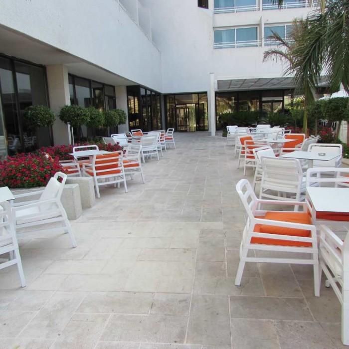 מקומות ישיבה חיצוניים מלון ישרוטל לגונה אילת