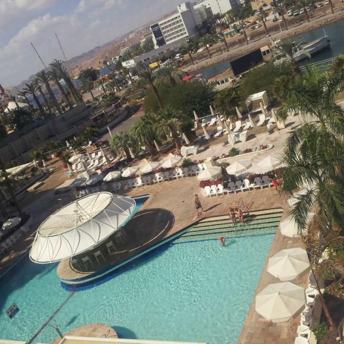 הבריכה ובר הבריכה מול הלגונה של אילת מלון ישרוטל לגונה אילת