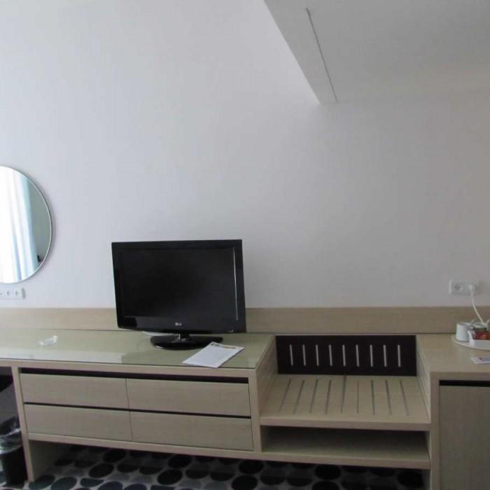 טלוויזיה ושולחן החדר מלון ישרוטל ספורט קלאב אילת
