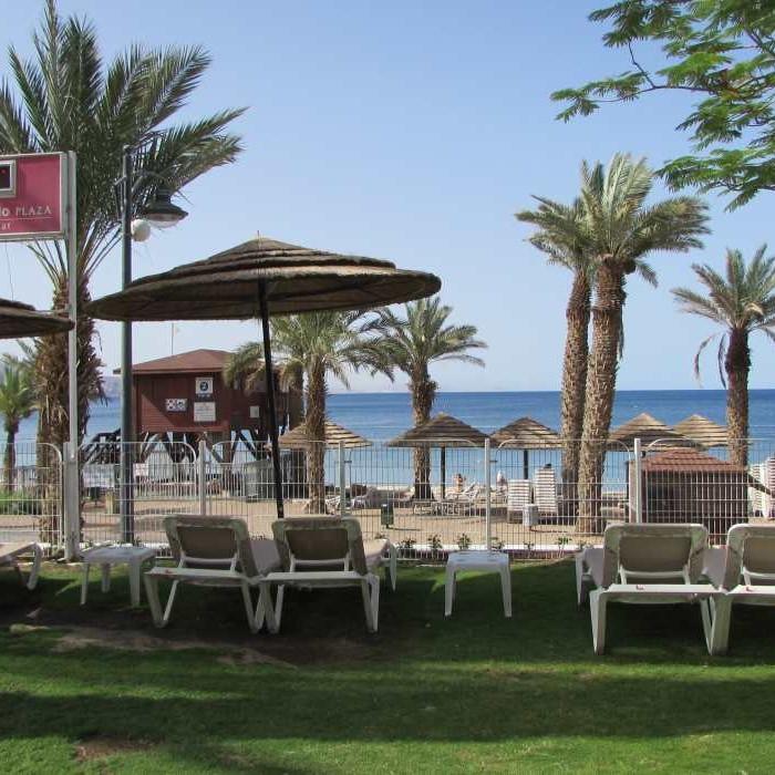 יושבים מול הים הבריכה מלון לאונרדות פלאזה אילת