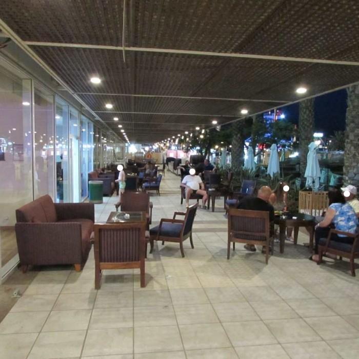 שטח ישיבה חיצוני צמוד ללובי מלון לאונרדות פלאזה אילת