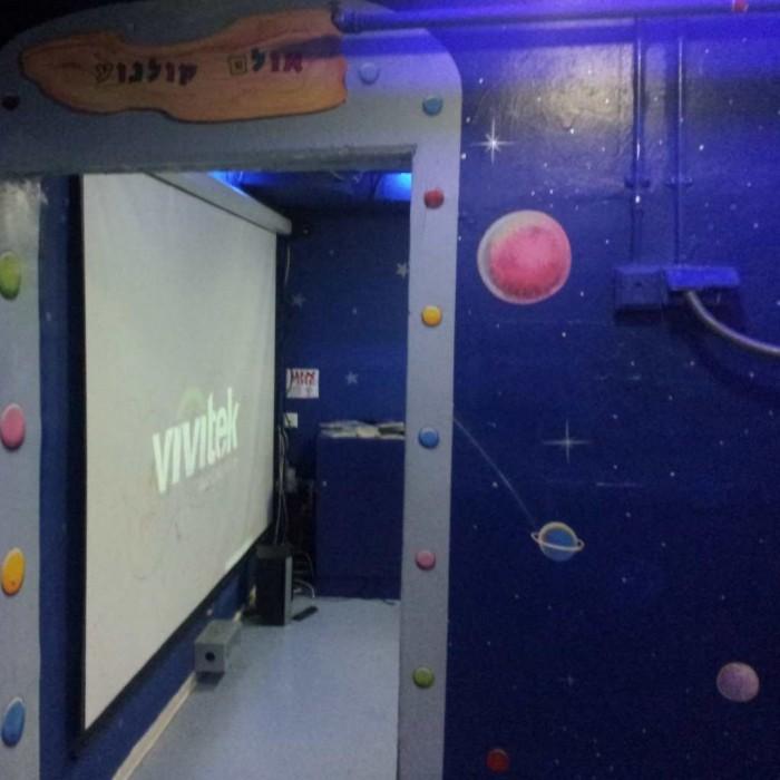 אולם במועדון הילדים בו מוקרנים סרטים על מסך ענק מלון לאונרדו פריוילג' אילת