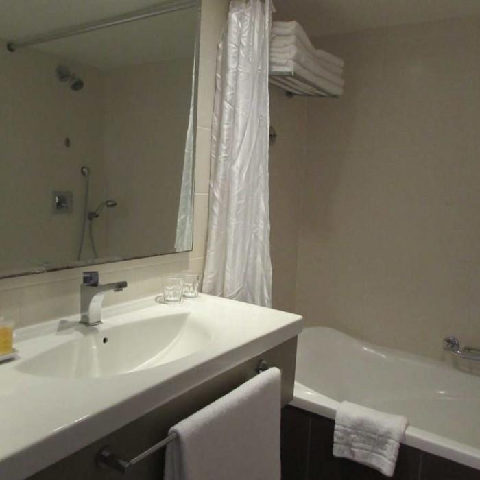 חדר האמבטיה מלון לאונרדו פריוילג' אילת